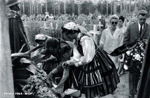 W Skłobach Niemcy zamordowali 216 mieszkańców wsi. Niektóre źródła mówią nawet o 265 ofiarach. Na zdjęciu uroczystości na cmentarzu w Skłobach. Lata 60. XX wieku.
