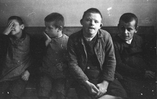 Początkowo w ramach Aktion T4 mordowano tylko chore dzieci. Na zdjęciu mali pacjenci szpitala psychiatrycznego Schönbrunn.