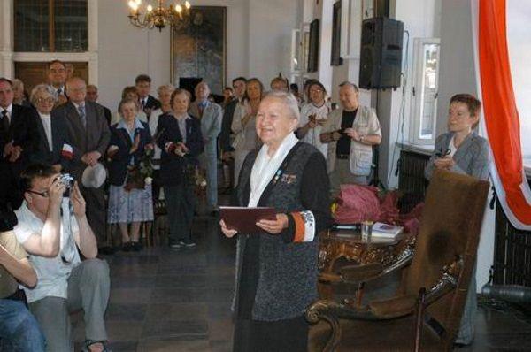 Generał Elżbieta Zawacka w Kancelarii Prezydenta (fot. Kancelaria Prezydenta RP, lic. GFDL 1.2)