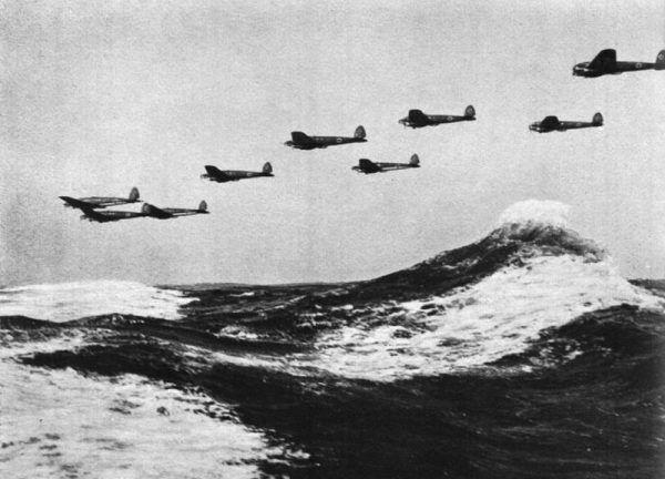 W rzuceniu na kolana Wielkiej Brytanii miało pomóc ponad 2600 maszyn Luftwaffe. Na zdjęciu bombowce Heinkel He 111 nad kanałem La Manche.