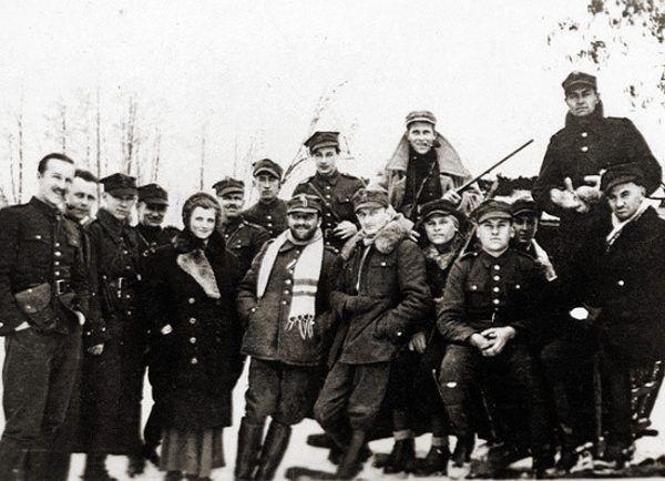 """Pierwsze akcje odwetowe Niemcy przeprowadzili mszcząc się za działalność oddziału majora Henryka Dobrzańskiego """"Hubala""""."""