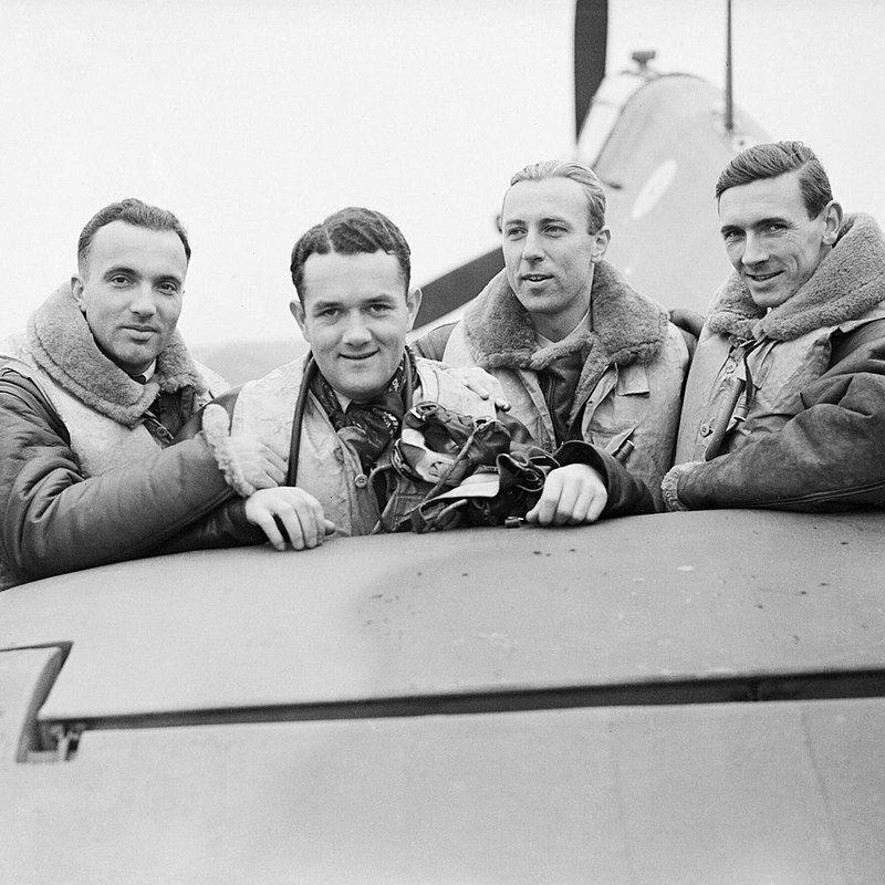 Piloci Dywizjonu 303 na zdjęciu wykonanym jesienią 1940 roku. Drugi od lewej Jan Zumbach.
