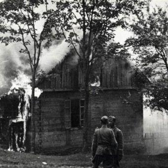 Polska wieś poniosła ogromne straty w czasie niemieckiej okupacji. Na zdjęciu z 1943 roku płonie wieś Michniów.