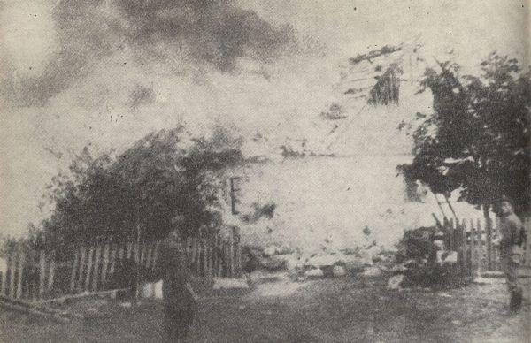 Podpalona przez Niemców wieś na Kielecczyźnie.