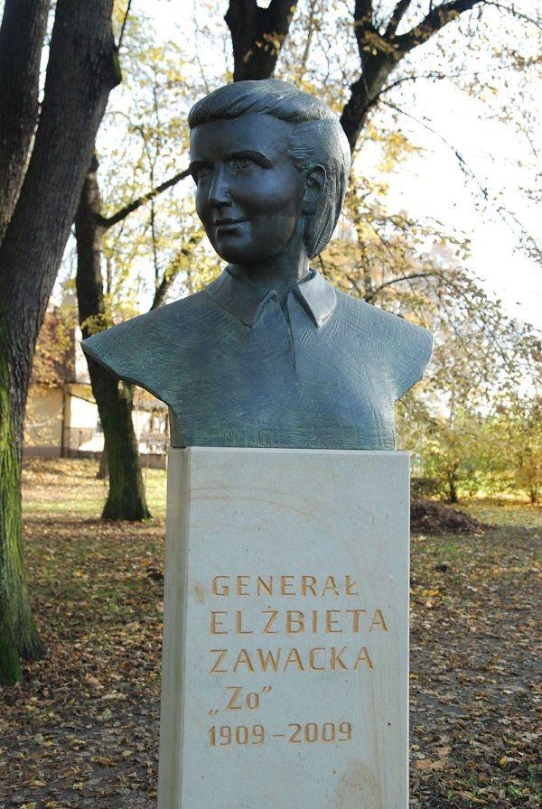 Popiersie gen. Elżbiety Zawackiej w krakowskim Parku Jordana (fot. Skabiczewski, lic. CC BY-SA 4.0)