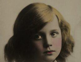 Portret anonimowej dziewczynki z epoki międzywojennej