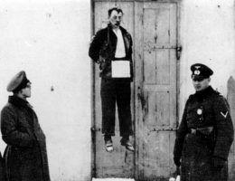 Antoni Bartoszek powieszony na drzwiach swojej restauracji. To właśnie tam zginęli dwa Niemcy.