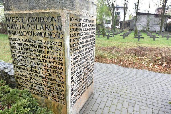 Fragment cmentarza symbolicznego w upamiętniającego ofiary zbrodni w Wawrze.