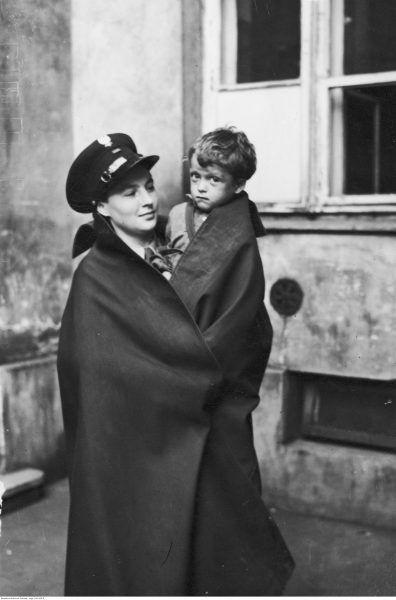Warszawska policjantka z dzieckiem na ręku. 1939 rok