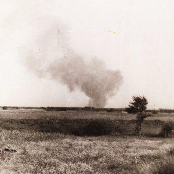 """Dym nad płonącym obozem był widoczny z daleka. Zdjęcie z książki """"Treblinka 43. Bunt w fabryce śmierci""""."""