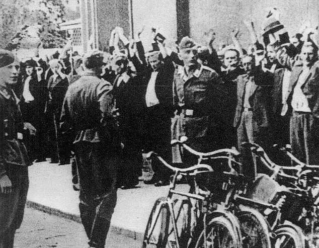 Nie mogąc znaleźć ochotników Niemcy przystąpili do przymusowego pozyskiwania robotników. Jedną z metod były uliczne łapanki.