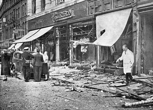 Ślady po eksplozji w Coventry (fot. Simon Shaw, lic. domena publiczna)