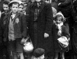 Żydowskie dzieci z Węgier w transporcie do obozu (fot. Bundesarchiv Bild 183-N0827-318, KZ Auschwitz)