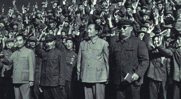 Mao mimo klęski Wielkiego Skoku wciąż miał tłumy fanatycznych zwolenników. Zdjęcie z listopada 1966 roku.