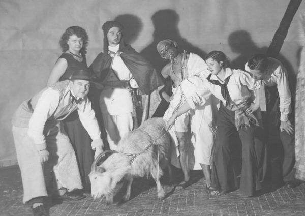 Bal studencki w Warszawie w 1932 roku w towarzystwie kozy