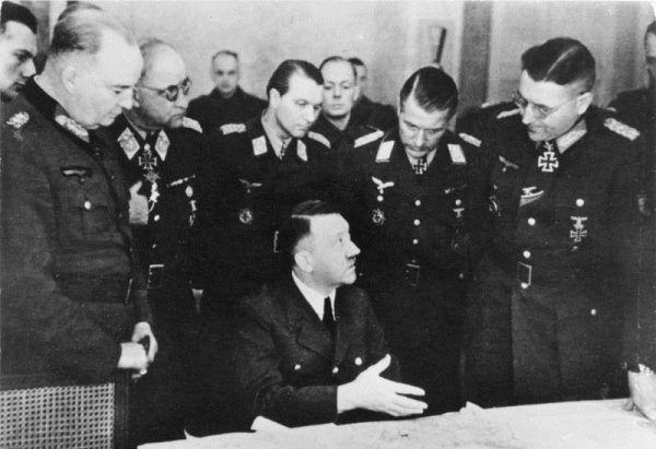 Hitlera do ucieczki namawiało wielu jego współpracowników. Zdjęcie z 1945 roku.