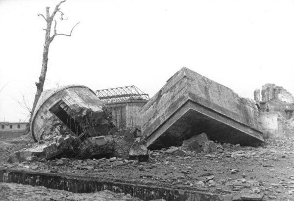 Rosjanie wkrótce po wkroczeniu do Berlina odkopali szczątki państwa Hitler, pochowane w pobliżu bunkra, w którym spędzili oni swoje ostatnie dni. Stalin postanowił jednak nie rozpowszechniać tej informacji.
