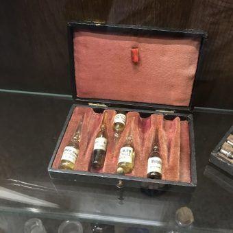 Buteleczki opioidów na muzealnej wystawie (fot. Jiří Sedláček, lic. CC BY-SA 4.0)