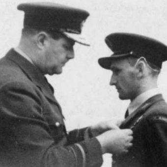 Dekoracja Tadeusza Kotza brytyjskim Zaszczytnym Krzyżem Lotniczym (fot. materiały prasowe wydawnictwa Bellona)