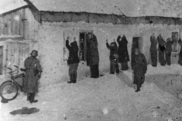 Polacy czekający na egzekucję w Wawrze.