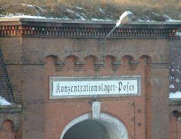 Wejście do Fortu VII w Poznaniu z napisem Konzentrationslager Posen – Obóz Koncentracyjny Poznań.