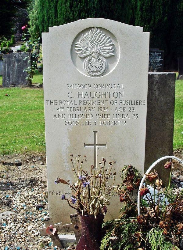 Grób rodziny Haughton, która zginęła w wysadzonym autokarze (fot. Plucas58, lic. CC BY-SA 4.0)