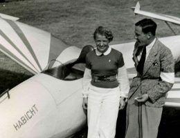 Hanna Reitsch obok szybowca akrobacyjnego; zdjęcie wykonane w 1938 roku (fot. Im Auftrag des Fieseler-Flugzeugbau, Kassel, lic. CCA SA 3.0 G)
