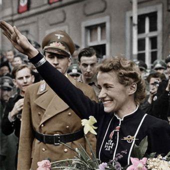 Hanna Reitsch z ręką uniesioną wnazistowskim pozdrowieniu (fot. Ruffneck88, lic. CCA SA 4.0 I)