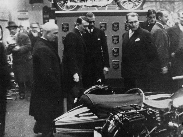 Hitler i Göring na Wystawie Samochodowej w Berlinie w 1933 roku (fot. domena publiczna)