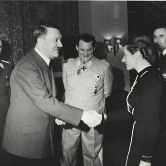 Hitler i Hanna Reitch (fot. Bundesarchiv, B 145 Bild-F051625-0295, lic. CC-BY-SA 3.0)
