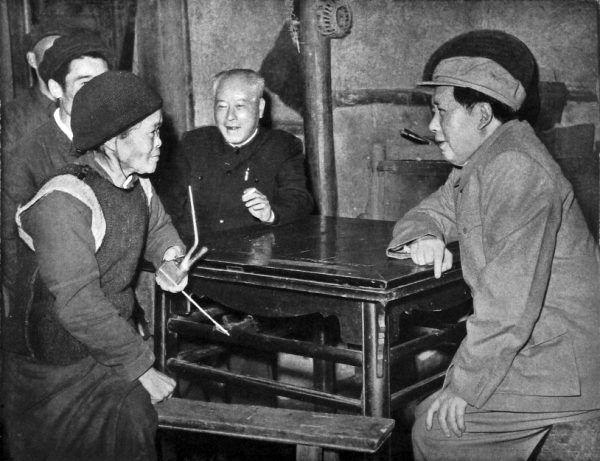Obywatele Chin myśleli, że Mao nie wie, co się dzieje w kraju, i wciąż mu ufali. Na zdjęciu spotkanie z mieszkańcami prowincji z 1958 roku.