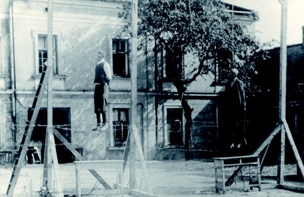 Za pomoc niesioną Żydom Niemcy zamordowali setki, a być możne nawet tysiące Polaków. Na zdjęciu egzekucja Michała Kruka i innych Polaków wykonana przez Niemców, w Przemyślu, jako kara za pomoc udzieloną ukrywającym się Żydom.