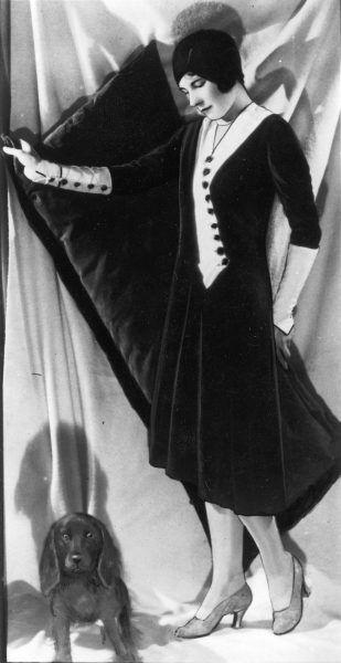 Modelka z psem na fotografii Ilustrowanego Kuryera Codziennego. Rok 1929.