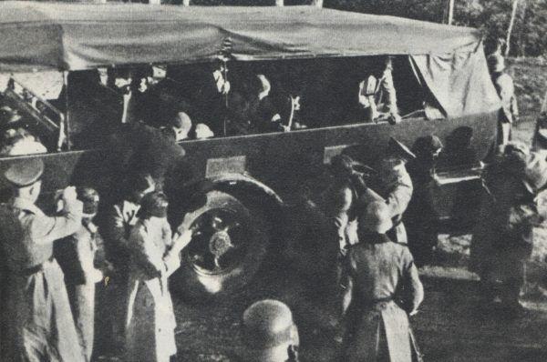 W wyniku zbrodniczej działalności Niemców w czasie wojny zginęły miliony polskich obywateli. Na zdjęciu zakładnicy w Palmirach przygotowywani do egzekucji.