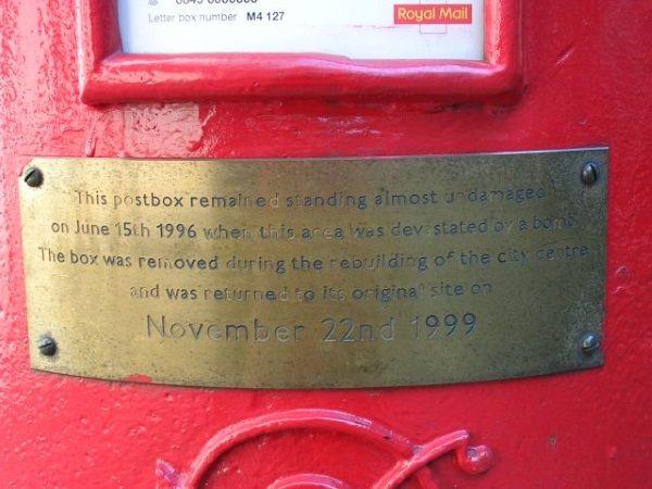 Pamiątkowa skrzynka pocztowa, która przetrwała eksplozję niemal nietknięta (fot. Keith Williamson, lic. CC BY-SA 2.0)
