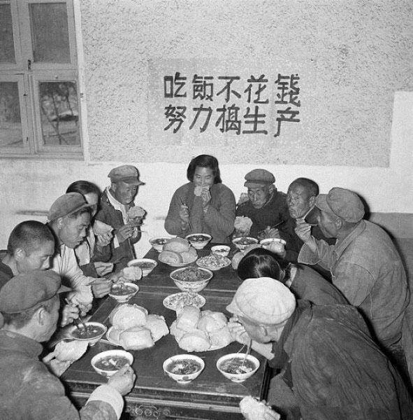 Początkowo w komunalnych kantynach posiłki rozdawano za darmo. Już po kilku miesiącach Wielkiego Skoku jedzenie się jednak skończyło i w całym kraju zapanował głód.