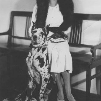 Pies i jego właścicielka na fotografii z 1933 roku.