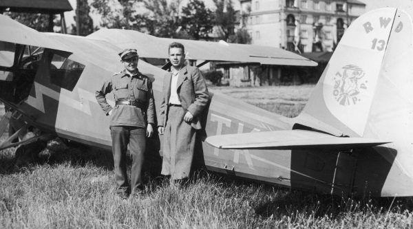 Pilot Mieczysław Urban i instruktor Leon Powsiński ( z Areoklubu Warszawskiego). (fot. domena publiczna)