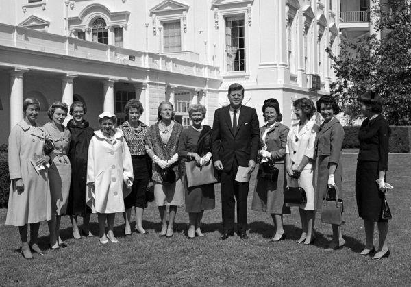 Prezydent USA John F. Kennedy z członkiniami stowarzyszenia kobiet pilotujących helikoptery w ogrodzie przy Białym Domu, 1961 r. Hanna Reitsch stoi czwarta od lewej (fot. domena publiczna).