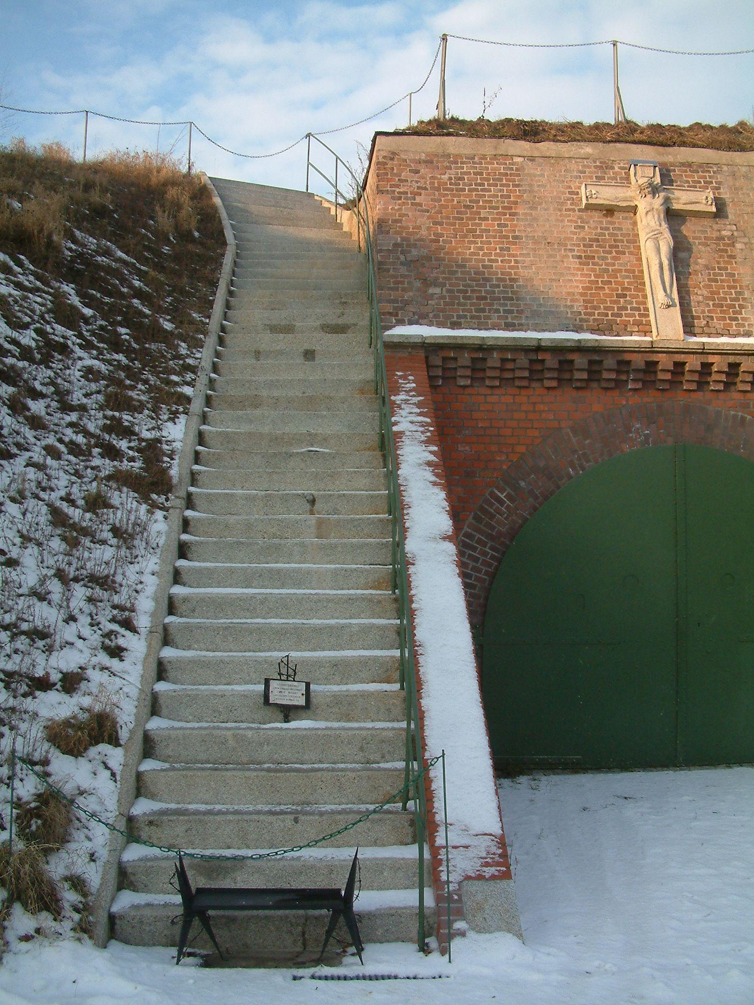 """Tak zwane """"schody śmierci"""" na terenie Fortu VII."""