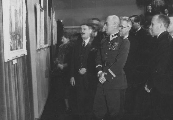 Dyrektor Muzeum Narodowego w Warszawie Stanisław Lorentz (z prawej) postanowił nigdzie nie wywozić zbiorów placówki, którą kierował.