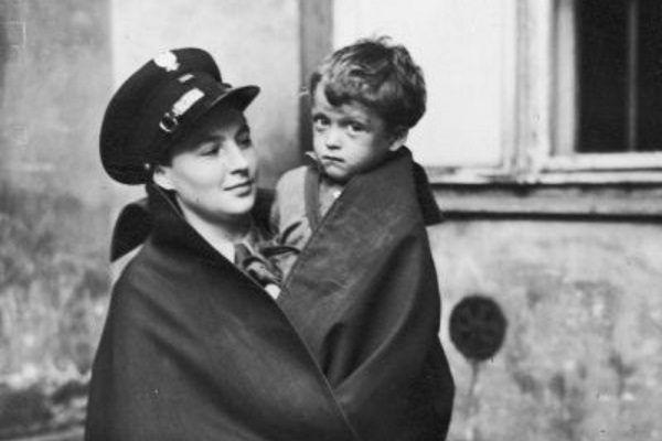 Warszawska policjantka z dzieckiem na ręku. 1939 rok.