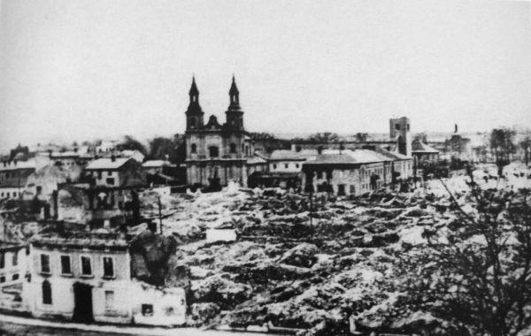 W wyniku wielogodzinnego bombardowania Wielunia zniszczonych zostało 75% zabudowy, a śmierć poniosło około 1200 osób.