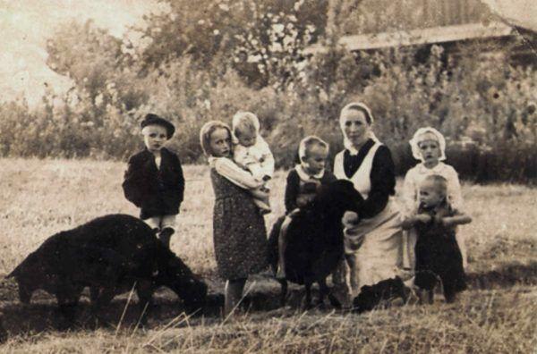 Ulmowie przyjęli pod swój dach ośmioro ukrywających się Żydów. Zapłacili za to najwyższą karę. Na zdjęciu Wiktoria Ulma z dziećmi.