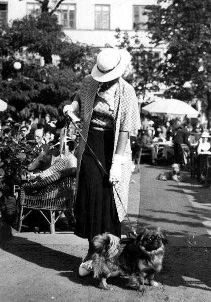 Wystawa psów w Warszawie w roku 1935. Właścicielka ze swoim pupilem.