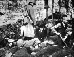 Niemcy nadzorują zakopywanie ciał pomordowanych Polaków.