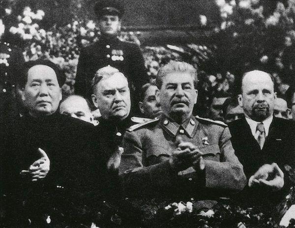 """Podczas wizyty Mao wziął udział w obchodach siedemdziesiątych urodzin Stalina. Zdjęcie z książki """"Mao. Cesarstwo cierpienia""""."""
