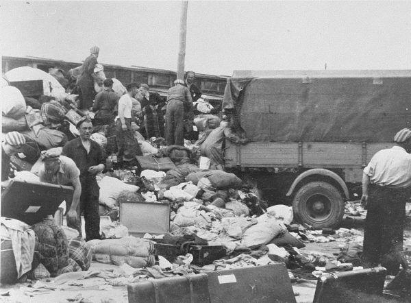 """Helenie zależało na pracy w """"Kanadzie"""", jednostce, która pod nadzorem strażników zajmowała się segregowaniem rzeczy i kosztowności pozostawionych przez przyjeżdżających Żydów."""