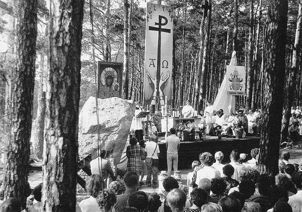 W miejscu katastrofy pod Otłoczynem stanął pomnik poświęcony pamięci ofiar. Na zdjęciu: msza święta przeprowadzona przy pomniku w 4 rocznicę wypadku.
