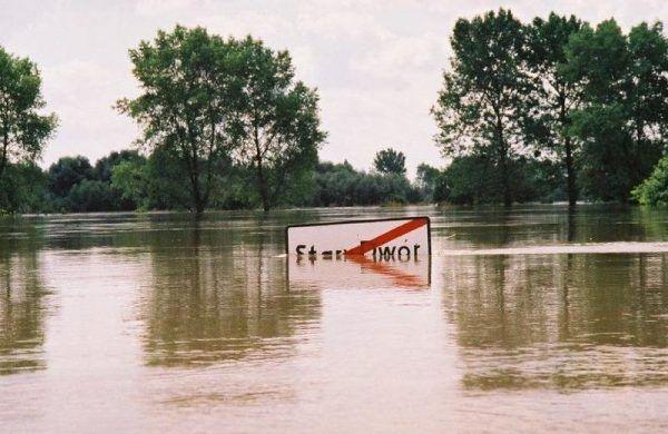 Podczas powodzi tysiąclecia w 1997 roku dziesiątki miast i wsi znalazło się pod wodą. Tysiącom Polaków żywioł odebrał dorobek całego życia.
